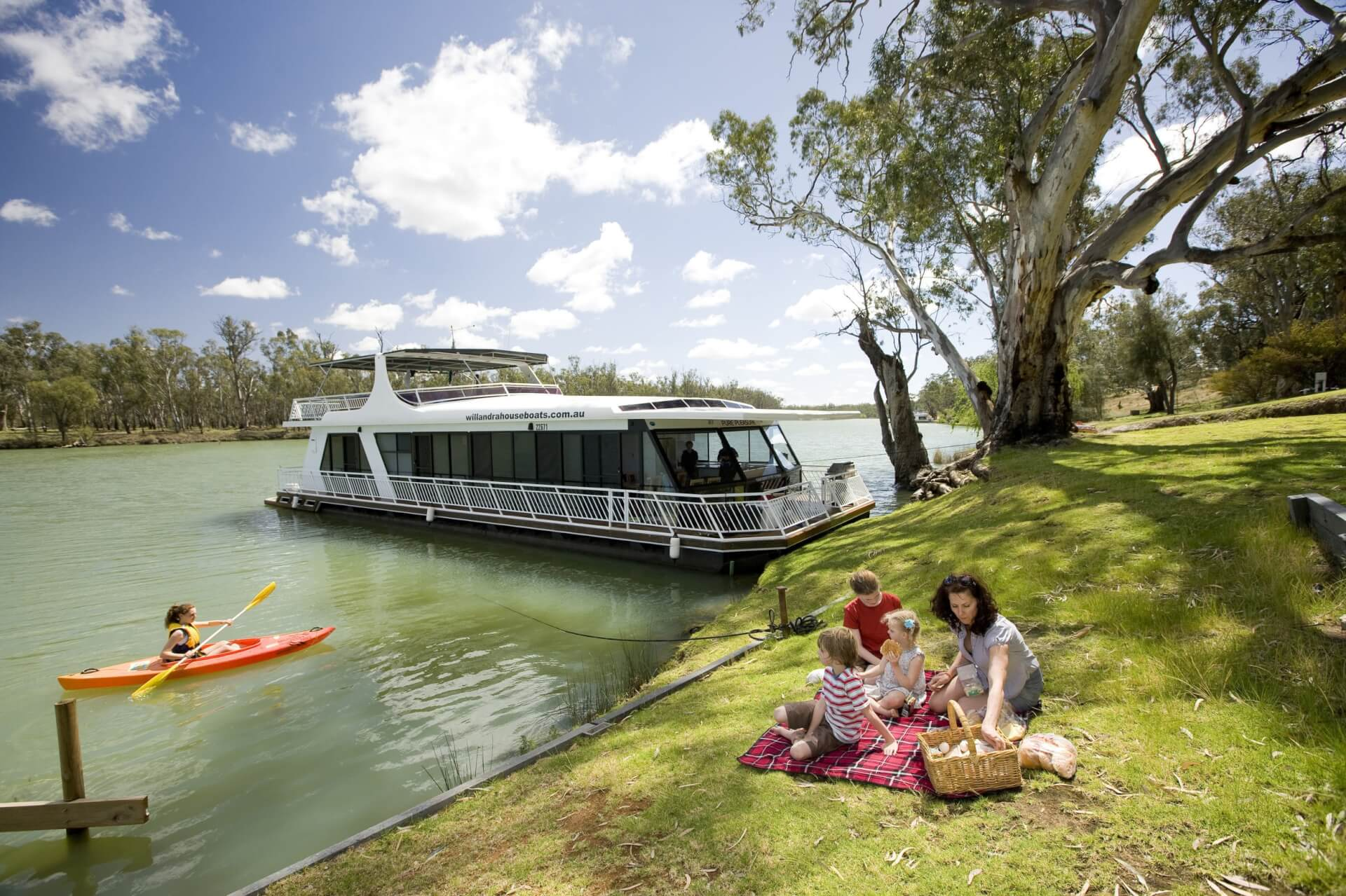Escape to Mildura and have a picnic by the river